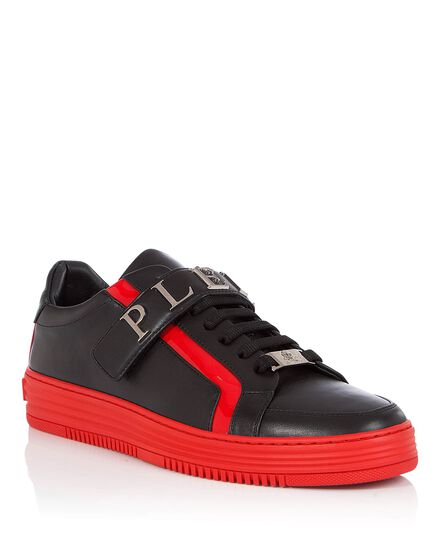 Lo-Top Sneakers Holding me